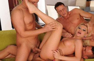 Image Follada por tres tíos en un gangbang