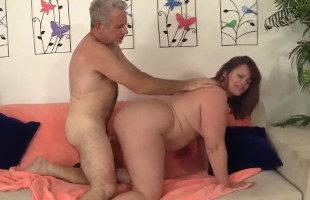 Image Esposa gordita se la pone dura al marido
