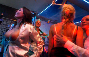 Image Varias zorras se juntan en la discoteca