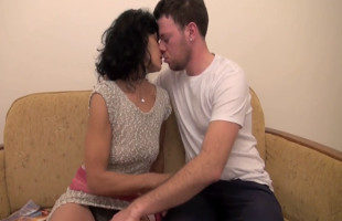 Image Madre rusa folla con su hijo