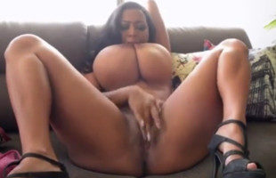 Image Colombiana tetona presume de delantera mientras se masturba