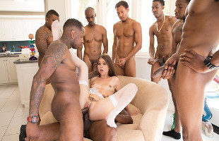 Image Riley Reid termina perforada por varios mulatos en un gangbang
