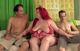 Image Invita a los vecinos a probar su gordo coño en un trío