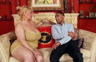 Image Modelo obesa deja que uno de sus fans le meta la polla en casa