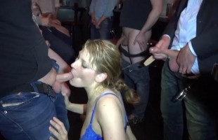 Image Se toma unas copas en un bar y acaba follada por 30 tipos