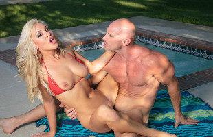 Image Cameron Dee disfruta de sexo con un cachas en la piscina