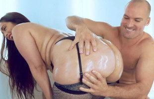 Image Lubrica sus curvas y su trasero para disfrutar aun más del sexo