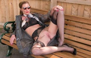 Image Sexy milf masturba su coño en un banco al aire libre