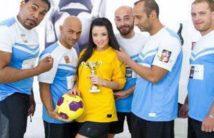 Image Taissia Shanti folla con diez futbolistas en un gangbang