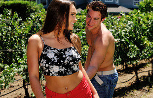 Image Acude al jardín del vecino y le pide sexo al aire libre