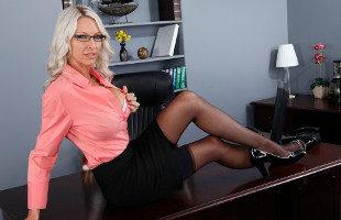 Image Emma Starr seduce a su empleado hasta follárselo en el despacho