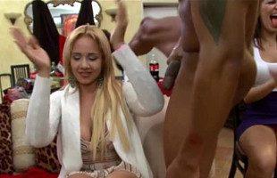 Image Dos strippers amenizan la fiesta mientras todas se las chupan