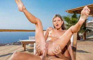 Image Gina Gerson se relaja con el camarero mientras le abre el culito