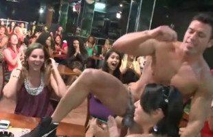 Image El bailarín exótico vio como todas se peleaban por chupársela