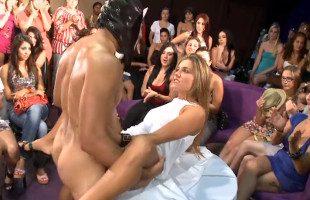 Image Rubia borracha se folla al stripper con todas sus amigas mirando