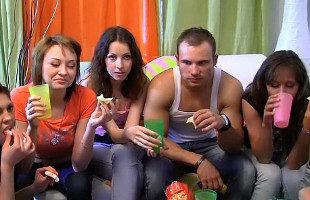 Image Disfrutan del guateque y de un polvazo con varios amigos