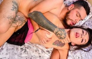 Image Tatuadora colombiana se quita la ropa y se folla a su cliente