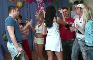 Image Celebran el cumpleaños de su amiga bebiendo y follando duro