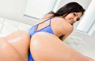 Image Samia Duarte prepara su trasero para ser abierto hasta el fondo