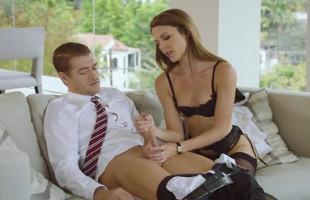 Image Su asistenta le seduce y acaba pidiéndole sexo anal