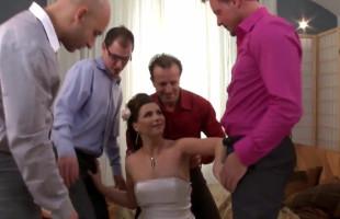 Image Antes de la boda recibe un bukkake de los padrinos