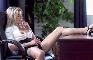 Image Cory Chase acaba cachonda en la oficina y pidiendo sexo anal