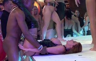 Image Unas bailan en la discoteca y otras follan sobre el escenario