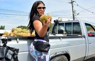 Image Frutera colombiana olvida el negocio para grabar porno