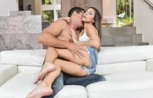 Image Nina North queda con un semental que le da duro en el sofá