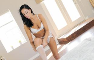 Image Usa su lencería fina para poner a su marido listo para el sexo