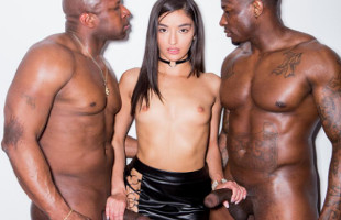 Image Emily Willis pasa una noche de sexo con dos negros superdotados