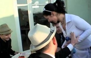Image Cogen a la camarera y le regalan un bukkake tras la partida