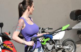 Image Le encantan las motos pero mucho más una buena polla