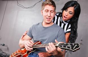 Image Jewels Jade se mete en el backstage a follarse al guitarrista
