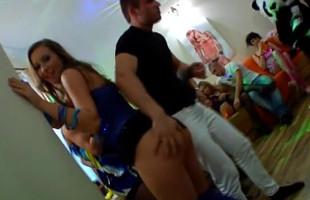 Image Organizan una fiesta con strippers y se desmadra enseguida